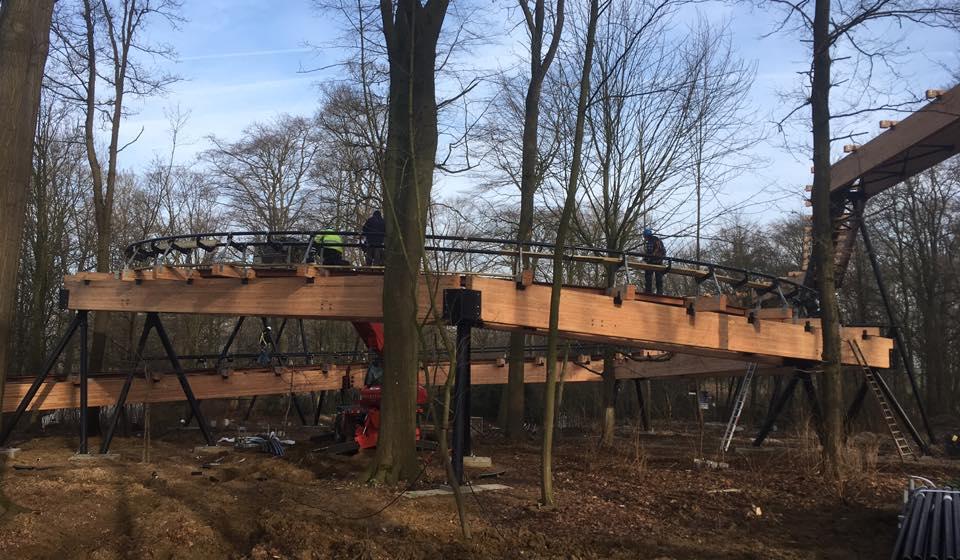 De rails van Dawson Duel, de nieuwe attractie 2017, in opbouw in Bellewaerde